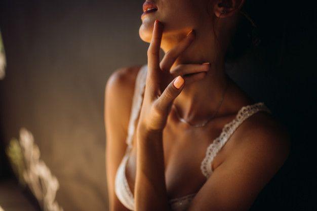 mujer-lenceria-blanca-toca-su-cuello-tierno_8353-5055